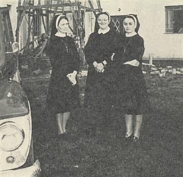 Na snímku z roku 1973 stojí, uprostřed s brýlemi, se dvěma spolusestrami u Mangueirinha před vrtnou věží na pitnou vodu pro brazilskou misii