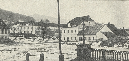 """Dům v Chvalšinách čp. 93, řečený """"Posthaus"""", patřící jejímu dědečkovi astojící v místní části Froschau, prý měl v průčelí ve štítě kdysi jdoucí hodiny"""