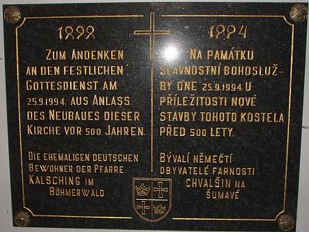 Pamětní deska v chvalšinském kostele připomíná letopočet 1494, kdy byl stavebně obnoven