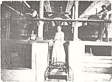 """""""Teta Márinka"""", jak jí říkali její čeští příbuzní, zachycena na vzácných záběrech ve vnitřních prostorách prášilské papírny, u tzv. """"holendrů"""""""