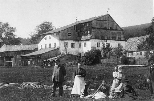 Tady je zachycena papírna v Prášilech se svým majitelem Franzem Eggerthem