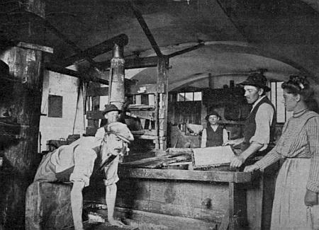 U naběrací kádě v prášilské papírně stojí papírnice Böhmová zcela vpravo