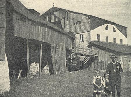 Vzácný snímek zaniklé papírny v Prášilech