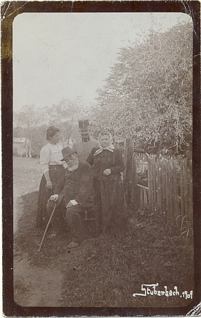 S rodiči a budoucím manželem v Prášilech roku 1909 (svatbu měli až 12 let nato)
