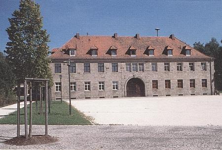 Někdejší budova koncentračního tábora Flossenbürg s informačním centrem