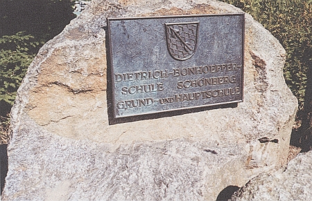 Stará dívčí škola v Schönbergu  a pamětní deska na kameni před ní se znakem městyse