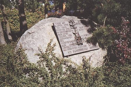 """Pamětní kámen u evangelického kostela v Schönbergu ho jmenuje """"Kristovým svědkem krve"""""""