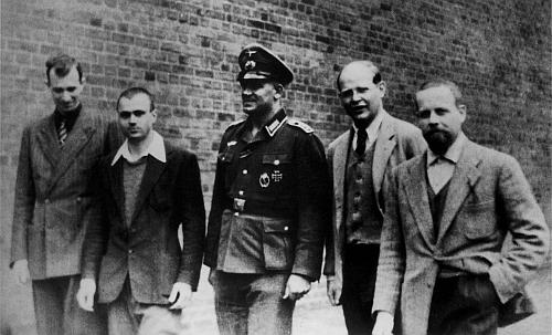 Na dvoře vazební věznice wehrmachtu v Berlíně se zajatými italskými důstojníky
