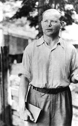 Na snímku roku 1944, pořízeném na dvoře berlínského vězení Tegel