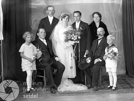 Tato českokrumlovská svatební fotografie ze října roku 1932 je psána na jméno Emil Brabetz