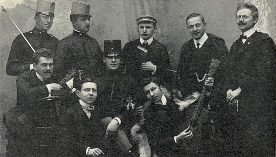 """Vimperští studenti o Velikonocích roku 1908, tehdy třiadvacetiletý Bradatsch stojí zcela napravo s tehdy módním """"císařským"""" knírkem"""