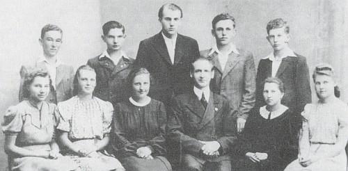 """Se spolužáky s krumlovské """"Hauptschule"""" v roce 1941 stojí uprostřed a převyšuje ostatní"""
