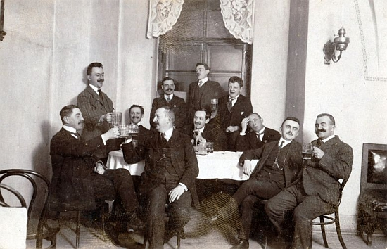 Zámecký správce Benedikt Braun (třetí zprava) ve společnosti přátel v proslulé českokrumlovské kavárně U Finků, kterou kdysi navštěvoval i Egon Schiele