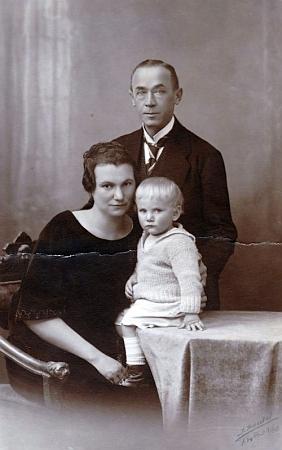 S rodiči na snímku z roku 1925