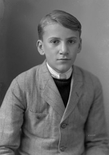 Snímek z roku 1935 ho zachycuje dvanáctiletého