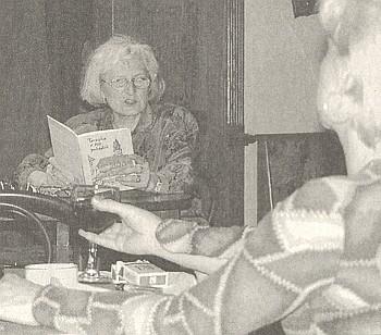 Helena Braunová čte z jedné ze svých knih naliterárním večeru sdružení KRB