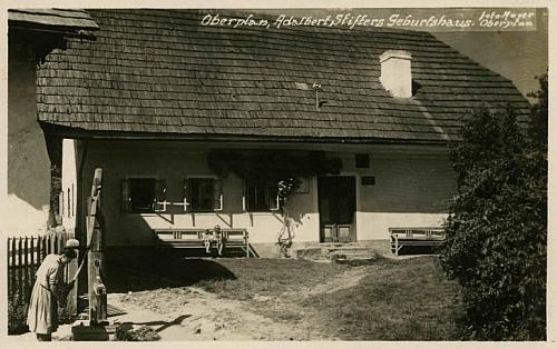 Rodný dům Adalberta Stiftera v Horní Plané na snímku hornoplánského fotografa Mayera přibližně z doby, kdy Felix Braun Horní Planou navštívil)...