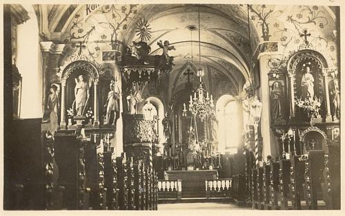 """Líc a rub pohlednice, adresované jí do Vídně z Německého tehdy Benešova v říjnu 1935 a zachycující interiér kostela sv. Jakuba Většího - text informuje adresátku o tom, že 17. října t.r. """"kolem čtvrt na sedm večer"""" uvádí pražský rozhlas ve svém německém vysílání hru """"Af'n Kirta"""", tj. """"O posvícení"""" od Fritze Huemer-Kreinera"""