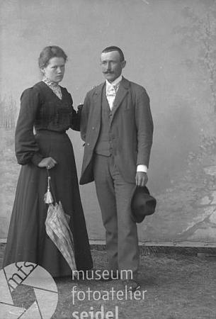 Tento snímek z fotoateliéru Seidel, datovaný 16. července 1905, zachycuje Karla a Aloisii Brazdovy z Horní Plané
