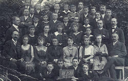 Vidíme ho uprostřed horní řady absolventů měšťanské školy v Horní Plané roku 1920, v první řadě nalevo sedí ředitel Franz Fischer