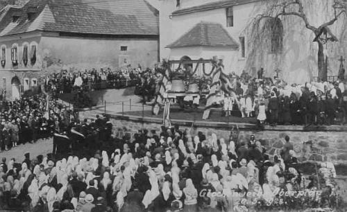 ... a snímek ze slavnostního svěcení nových hornoplánských zvonů dne 20. května 1928 za účasti dva a půl tisíce lidí, tj. téměř dvojnásobku místních obyvatel