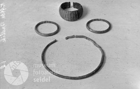 """Dva snímky českokrumlovského fotoateliéru Seidel s jeho nálezy a určením """"Kalsching Pötschmühle"""""""