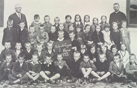 Se žáky obecné školy v Kájově roku 1933...
