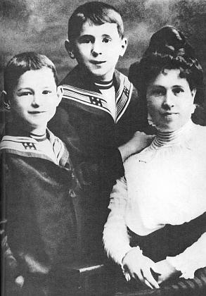 S matkou a bratrem je on ten uprostřed