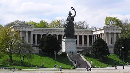 Průčelí Ruhmeshalle v Mnichově se sochou Bavarie