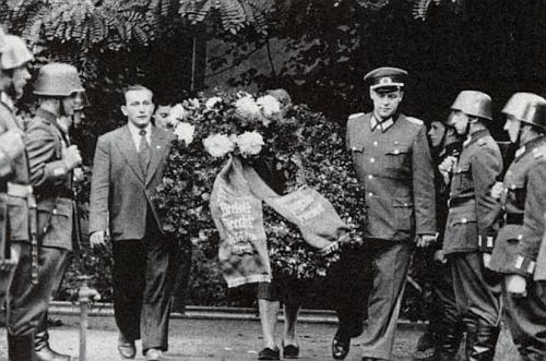 Trochu bizarní stafáž z jeho berlínského pohřbu v srpnu roku 1956