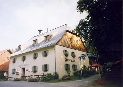 Pamětní kámen stojí ve Zwieslerwaldhausu takřka naproti hostinci, který dává místu jméno