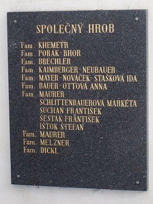 Ve společném hrobě s ostatky ze zrušených hrobek na českokrumlovském hřbitově pravděpodobně spočinul i on