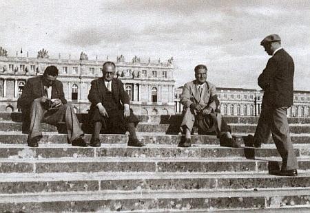 """Na schodišti zámku ve Versailles sedí vedle Hanse Watzlika 22. července 1940 po porážce Francie při spisovatelské výpravě """"nazápadní bojiště"""""""