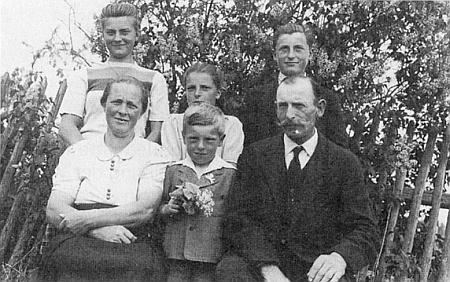 Snímek z května 1947 zachycuje rodinu Georga a Josefy Breiových sdětmi Elsou (*1932), Gertraud (*1935), Georgem (*1930) aWilhelmem (*1941)
