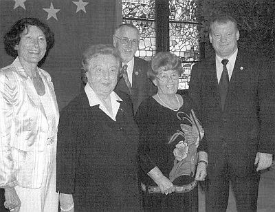 S Rosou Tahedlovou (obě uprostřed) přebírají od pasovského starosty Alberta Zankla (zcela vpravo) kulturní ocenění města Pasova