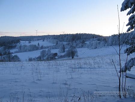 Krásná Pole roku 2009 - věže větrných elektráren čnějí na obzoru už z rakouského území