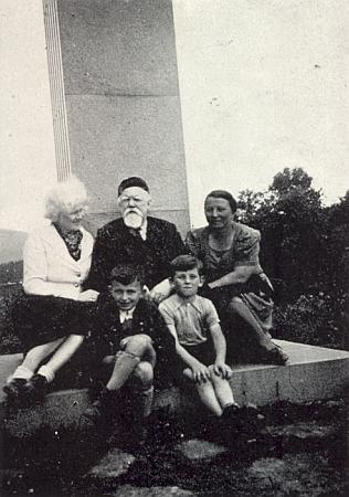 Na snímku z roku 1940 je zachycen u Hartauerova památníku nad Lenorou vlevo s Rosou Babikovou, roz. Hartauerovou a jejím synem, napravo se svou ženou  a synem