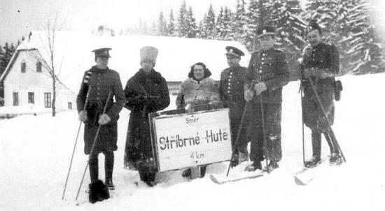 Docela vzácný snímek z první poválečné zimy 1945/1946 v Pohoří na Šumavě se směrovou tabulí na Stříbrné Hutě - ... nebylo prý tenkrát většího konce světa