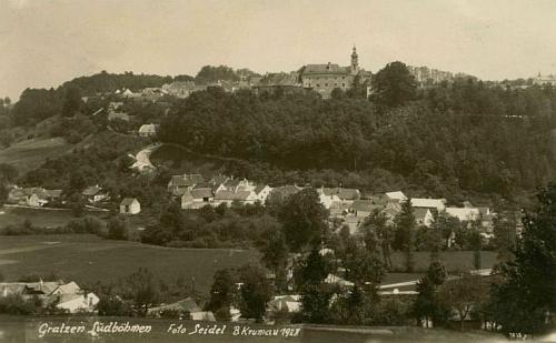 Jeho rodné Nové Hrady s Údolím (Niederthal) v popředí a v něm patrnou silnici od Trhových Svinů na pohlednici Josefa Seidela