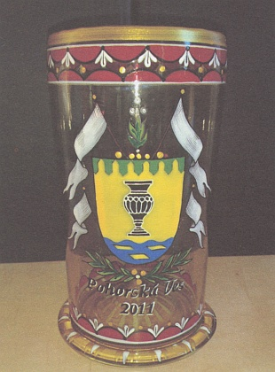 """Ručně malovaný nový znak Pohorské Vsi na kopii historického pohárz z 16. a 17. století zvaného """"vilkum"""" (""""humpen"""")"""