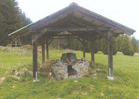 """""""Částečně zachovalá"""" sklářská huť v Novohradských horách"""