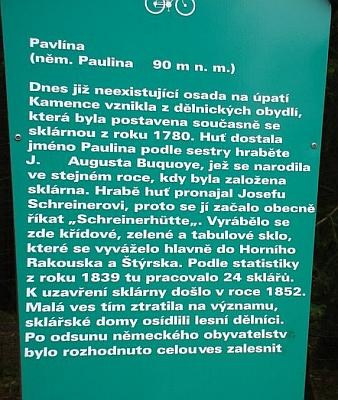 Co zbylo z huti Paulina na úpatí Kamence, nejvyššího z vrcholů celých Novohradských hor (nápis zmiňuje bratra Pauliny Jiřího Augusta Buquoye, zakladatelem huti byl však strýc jich obou Johann Nepomuk Buquoy)