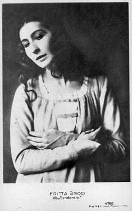 Jeho sestra Fritta (Friederike) Brodová (1896-1988), herečka, jejímž prvým manželem byl od roku 1919 pražský židovský spisovatel Paul Kornfeld (1889-1942), zavražděný nacisty v lodžském ghettu, zde zachycená v roli Alexandriny ze starovlámské hry Lancelot a Alexandrina, kterou do češtiny jako do jediné slovanské řeči přeložil Otokar Fischer (1883-1938)