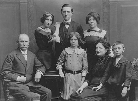 Na snímku s rodinou je on ten malý chlapec zcelanapravo