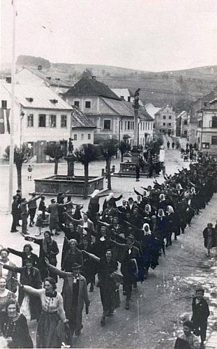 """I to patří k historii Rožmberka nad Vltavou: zástup místních se vrací zprvomájové manifestace ve Vyšším Brodě s """"árijským"""" pozdravem všech"""
