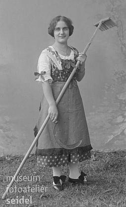 Jeho sestra Walli na snímku z fotoateliéru Seidel z 31. srpna 1913