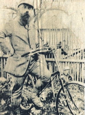 Jeho otec, hornoplánský hodinář a vášnivý cyklista a fotograf GabrielBrosch