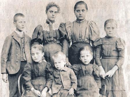 Se svými sourozenci je on ten stojící vlevo