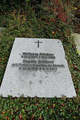 Hrob manželů Brücknerových ve Frauenau na snímku jejich dceryIngrid