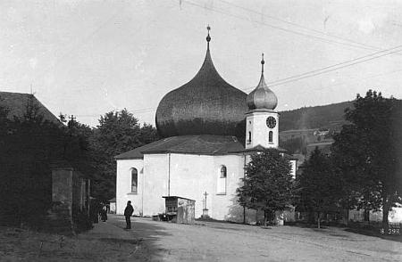 Kostel Panny Marie Pomocnice z Hvězdy v Železné Rudě na pohlednici Josefa Wolfa